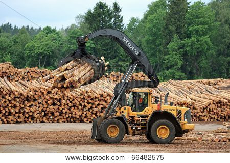 Volvo L180F HL Log Loader Handling Logs