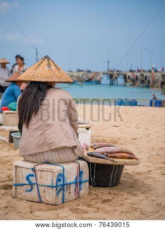 BALI, INDONESIA - NOVEMBER 15, 2014: Woman selling fish  in the fishing village of Jimbara , BALI, INDONESIA on NOVEMBER 15, 2014