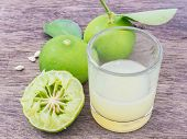 picture of juices  - Close up lemon juice with sliced lemon squeezed - JPG