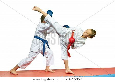 In karategi sportsmens beats blows karate