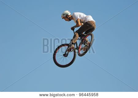 Jumping of the professional mountain biker