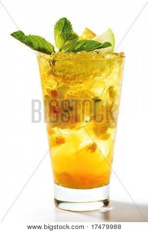 Cóctel de refresco con manzana y rodaja de naranja. Decorado con hojas de menta fresca