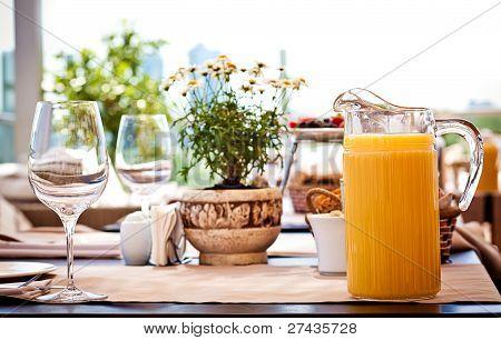 Tabelle im Sommercafe serviert