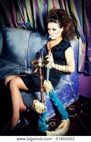 Frau im Nachtclub mit Huka