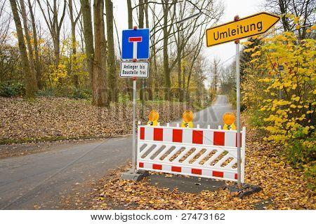 Bloqueio de estrada com redirecionamento em uma rua na Alemanha