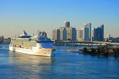 picture of ski boat  - Vacation day in Miami with funny ship  - JPG