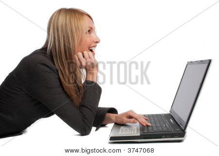 lachend Mädchen mit Laptop, isoliert