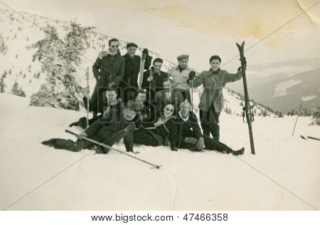 ZAKOPANE, Polónia - CIRCA 1950 - foto vintage de grupo de amigos posando com esqui nas montanhas nevadas