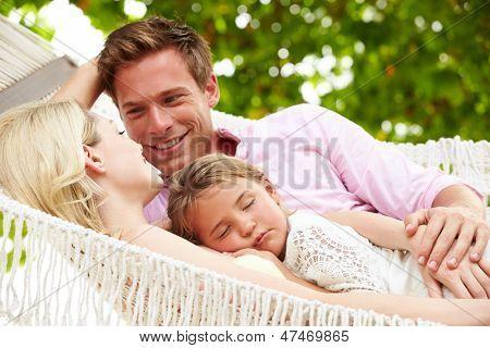 Familie entspannende Strand Hängematte mit schlafenden Tochter