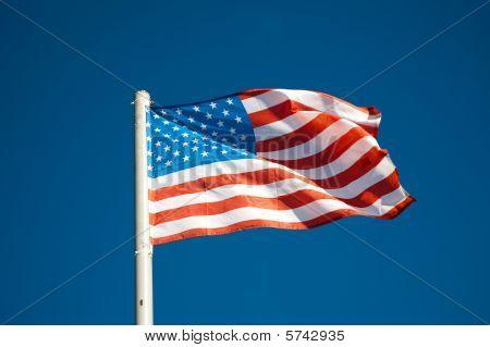 amerikanische Flagge gegen blauen Himmel