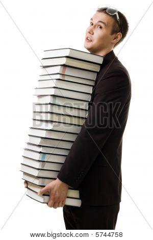 Estudiante con muchos libros cansados