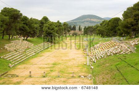 Viejo estadio en la antigua ciudad de Epidauro, Grecia