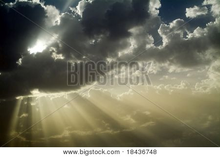Strahlen der Sonne hinter Wolken