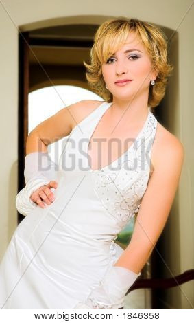 Schön Blond Braut In Halter Neck Kleid