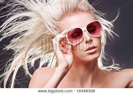 Topless Frau mit Haar im Wind auf grau Studio-Hintergrund