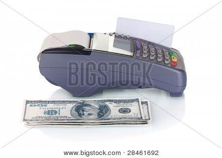 terminal de banco, cartão de crédito e dinheiro isolado no branco