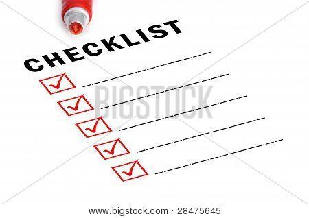 Lista de verificación con marcador rojo y cajas marcadas.