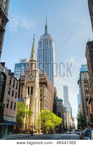 Der Marmor Stiftskirche und Empire State Building In Manhattan, New York