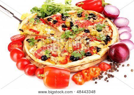 Deliciosa pizza com ingredientes ao redor isolado no branco