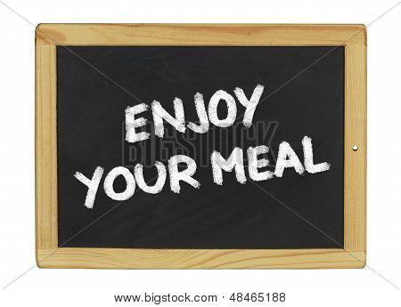 Genießen Sie Ihr Essen auf einer Tafel auf weißem Hintergrund