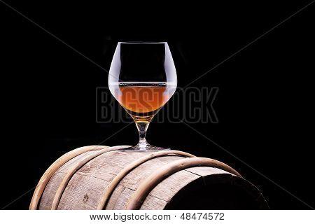 Conhaque ou brandy em um barril de madeira