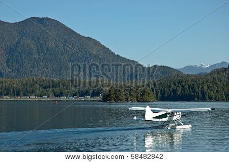 Amphibious Plane Land On A Lake