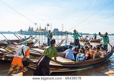Burmese Go To Yelena Paya Pagoda By Boat.