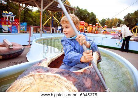 menino de atração nadando no barco