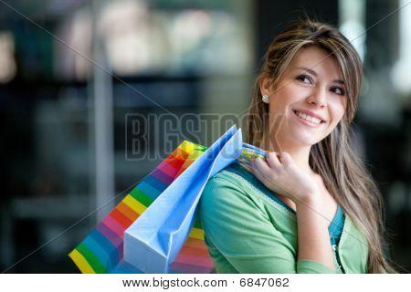 Mulher em um shopping de compras