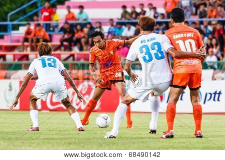 Sisaket Thailand-july 13: Somsak Wongyai Of Sisaket Fc. (orange) In Action During Thai Premier Leagu