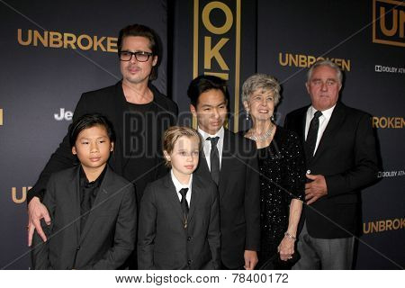 LOS ANGELES - DEC 15:  Brad Pitt, Pax, Shiloh, Maddox Jolie-Pitt, Jane Pitt, and William Pitt at the