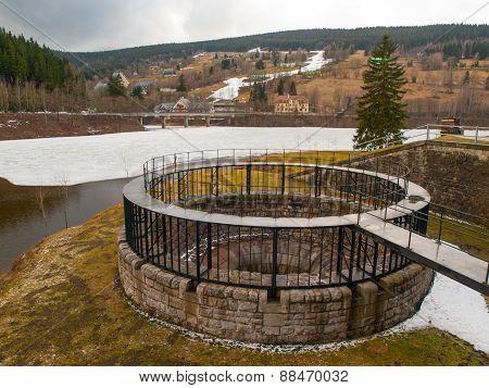 Dam spillway funnel
