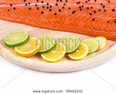 Salmon fillet with pepper and citrus.
