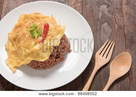 Rice With Omelet ,thai Omelet Rice On Wood Table
