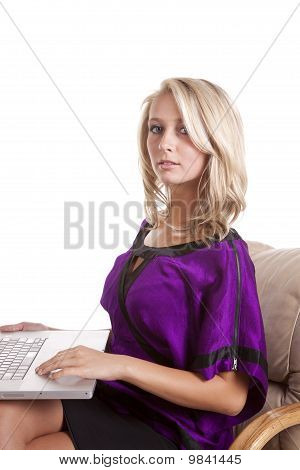 Frau lila Laptop