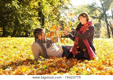 Retrato de pareja disfrutando de otoño dorado otoño temporada