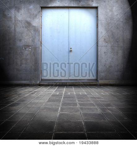 Puerta azul de acero y hormigón que rodea.