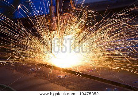 Metal de corte com CNC laser - uma série de imagens da indústria de METAL.