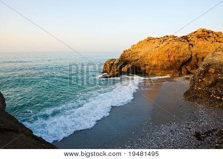 Playa en la costa del mar Mediterráneo en Nerja, España