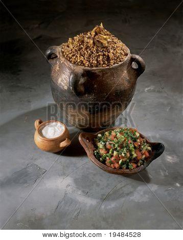 Magadra, yogur y ensalada - palestino alimentos en utensilios de cocina de terracota