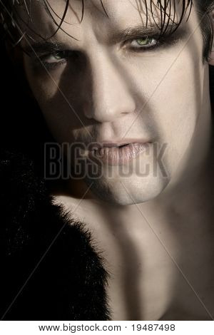 Retrato de close-up extremo da jovem modelo masculino de goth