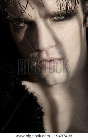 Retrato de close-up extremo da jovem modelo masculino de goth