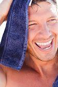 Постер, плакат: Здоровый человек сушки волос после спорта фитнес плавание в океане