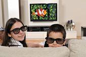 Постер, плакат: 2 Детей на диване смотреть телевизор с 3d очки серию изображений смотреть телевизор