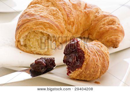 Croissant con mermelada