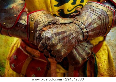 Detail Knight Armor Gloves Of