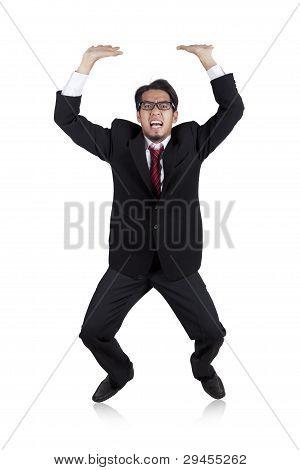 Empresario asiático llevando algo pesado