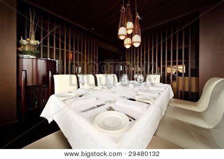 schöne Portion an Tisch mit weißem Tischtuch in leere gemütliches restaurant