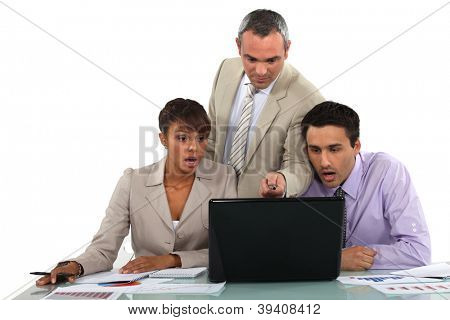 Manager und seine schockiert Mitarbeiter Blick auf einem laptop