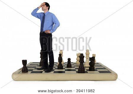 Hombre de pie sobre un tablero de ajedrez